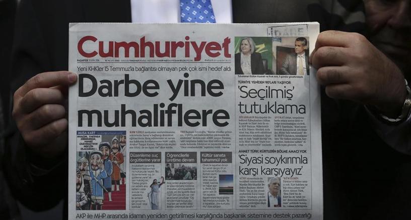 A Istanbul un uomo tiene in mano una copia del giornale nel mirino del governo